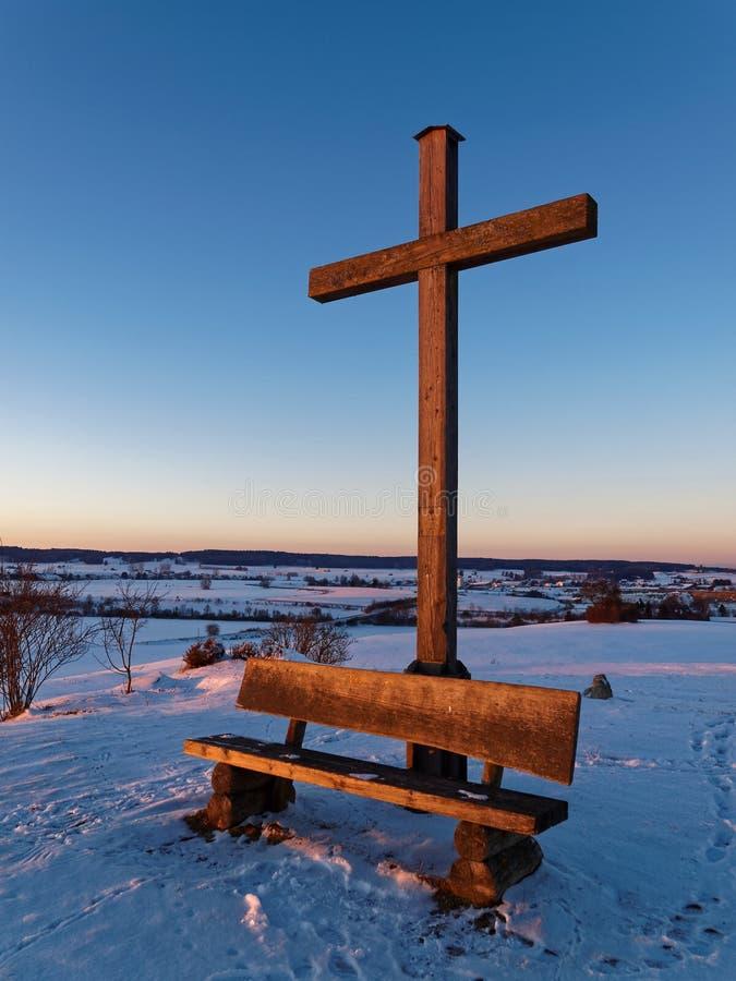 Bygdgränsmärke i snöig vinter vid solnedgång
