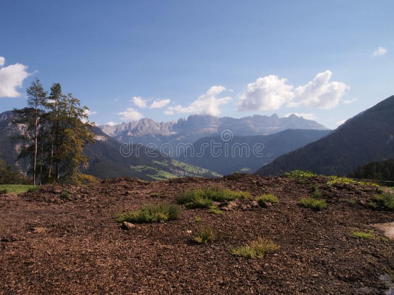 Bygdlandskap i dolomitesna arkivfoto