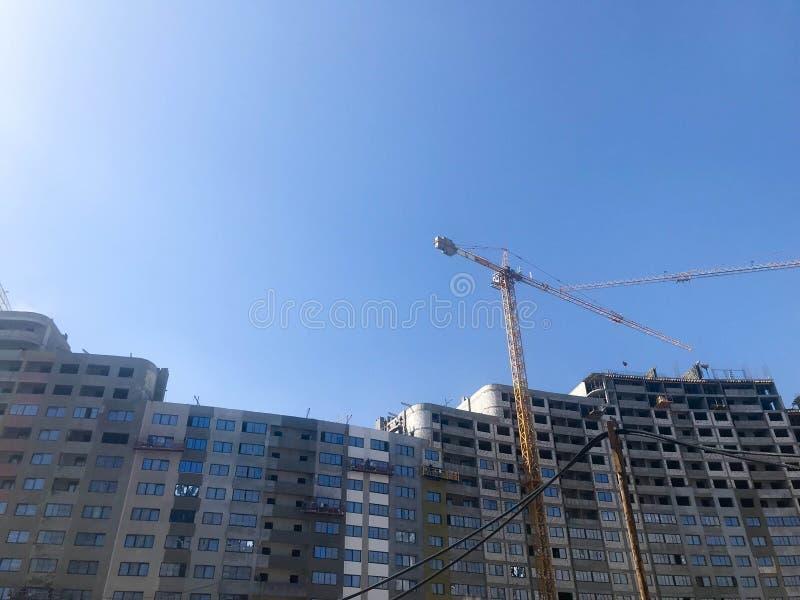 Bygga med hj?lpen av konstruktionskranar av h?g f?rst?rkt betong, panel, gjuta-ram, ram-kvarter hus, byggnader royaltyfri bild
