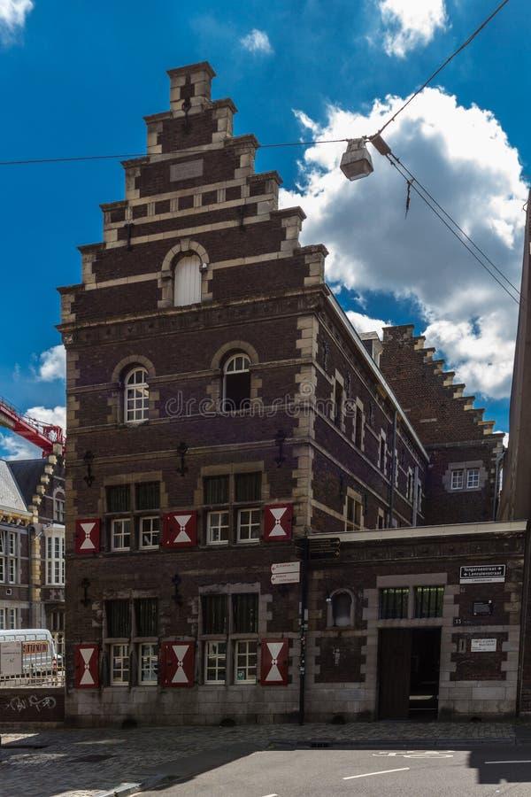 Byggande av akademin av föreställningskonst och dramat i i stadens centrum Maastricht royaltyfria foton