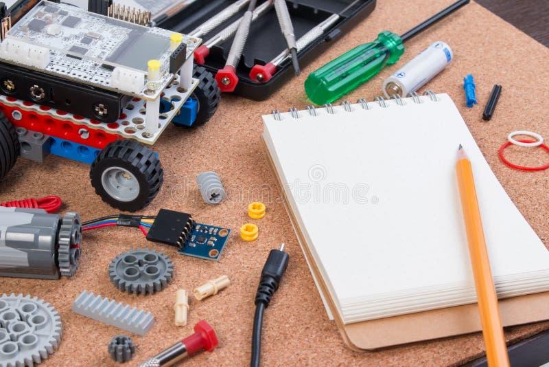 Byggande av en enkel bilrobot med mikrokontrolleren och anteckningsboken royaltyfria foton