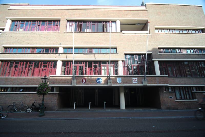 Byggande av studentorganisationen Minerva i centret av staden Leiden i Nederländerna royaltyfri bild