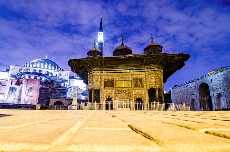 Byggande av Sultan Ahmet Fountain i Istanbul, nästa tu Hagia Sophia, Turkiet royaltyfri foto