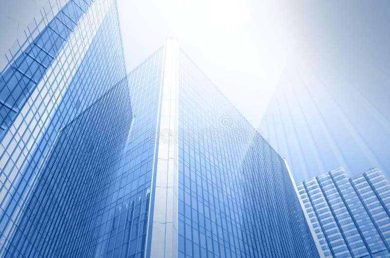 Byggande exponeringsglas för modern affär av skyskrapor, affärsidé arkivfoton