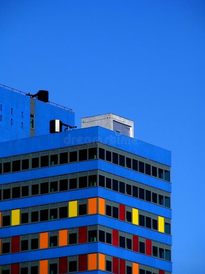 byggande färgrikt modernt kontor arkivbilder