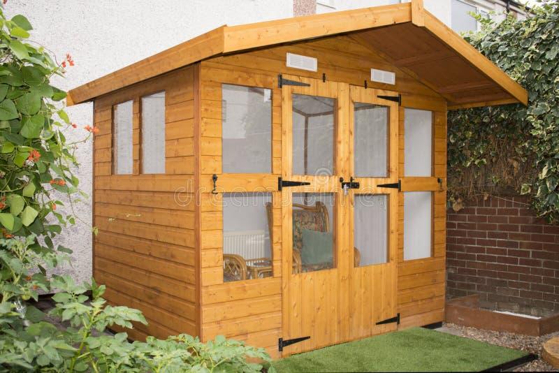Byggande för hus för DIY-trädgårdsommar arkivbild