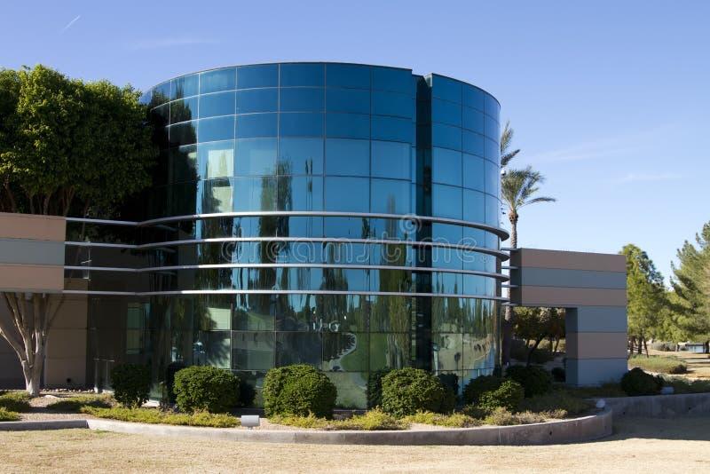 byggande företags yttermodernt nytt kontor royaltyfria bilder
