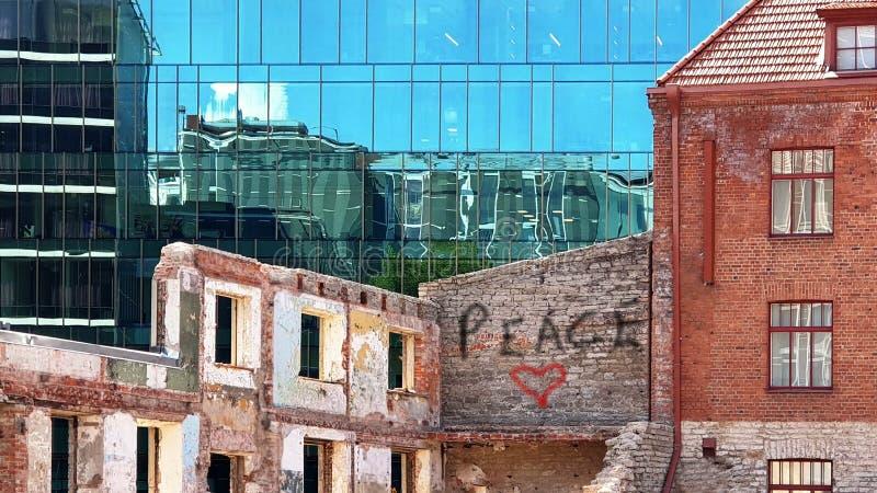 Byggande grafitti för fasadsolreflexion älskar röd hjärta för fredkyssen på blått Windows för för väggen, modern och gammal tappn arkivfoto