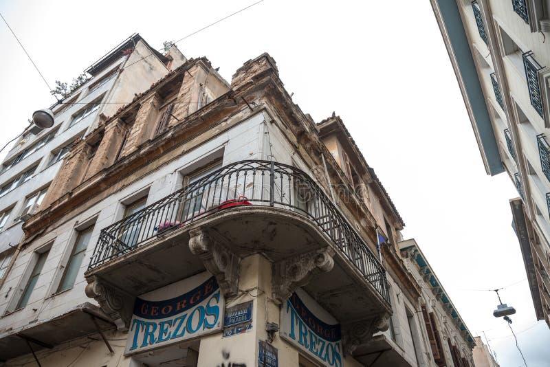 Byggande hörn i det Psyri området av Atencentret som lämnas för att förfalla och fördärva, med en balkong på förgrund fotografering för bildbyråer