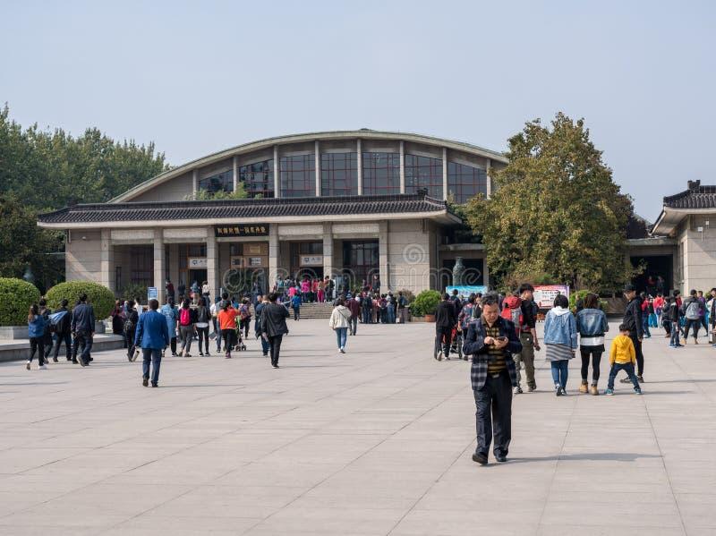 Byggande inhysa terrakottaarmékrigare som begravas utanför Xian China royaltyfri fotografi