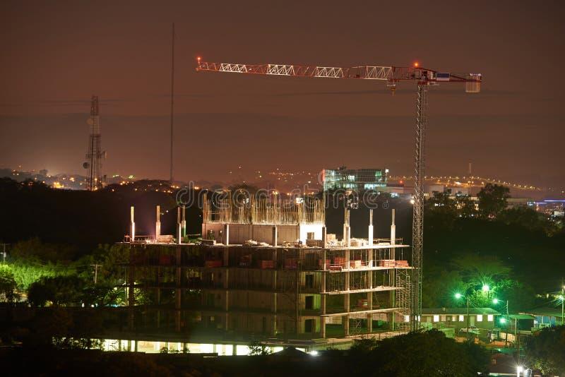 Byggande kran på natten royaltyfri fotografi