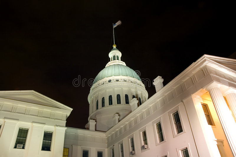 Byggande kupolformig natt