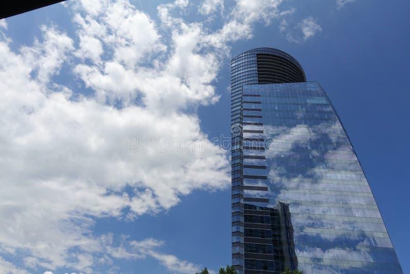 Byggande med reflexionen av himlen royaltyfri foto