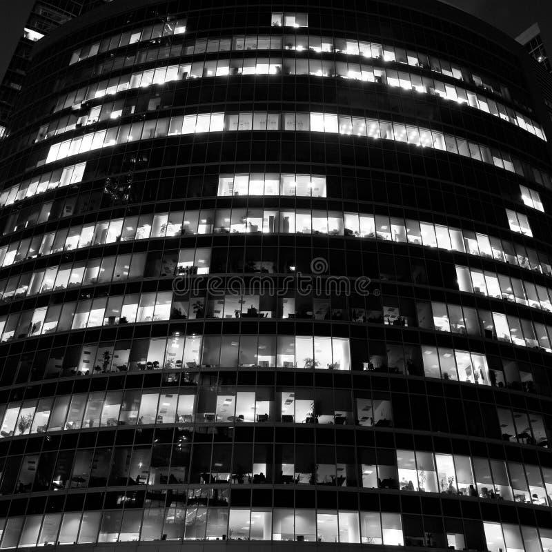 byggande modern nattkontorsskyskrapa fotografering för bildbyråer