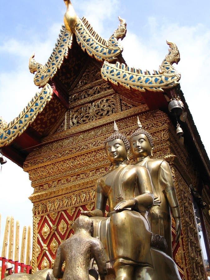 byggande nära pagodastatystup royaltyfri fotografi