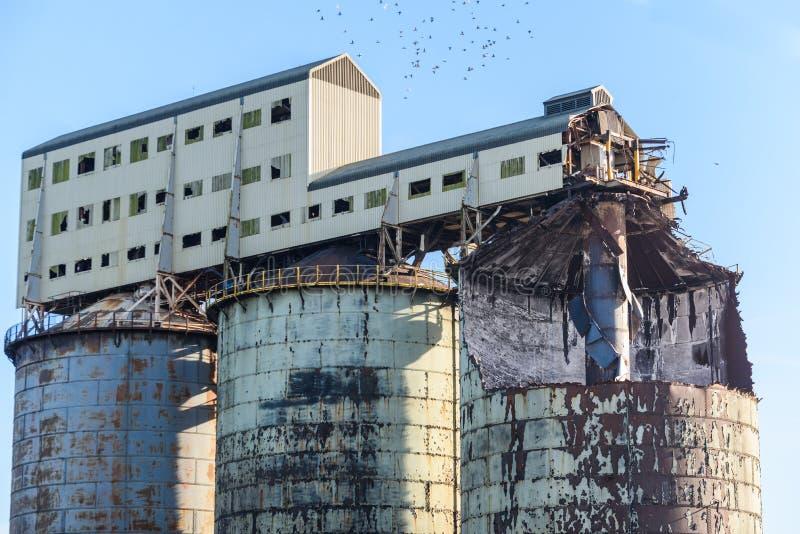 byggande ner industriell knackning gör ny gammal lokal att fördärva något royaltyfri bild