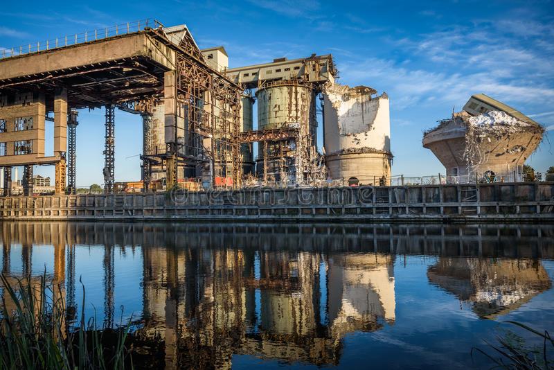 byggande ner industriell knackning gör ny gammal lokal att fördärva något royaltyfria bilder