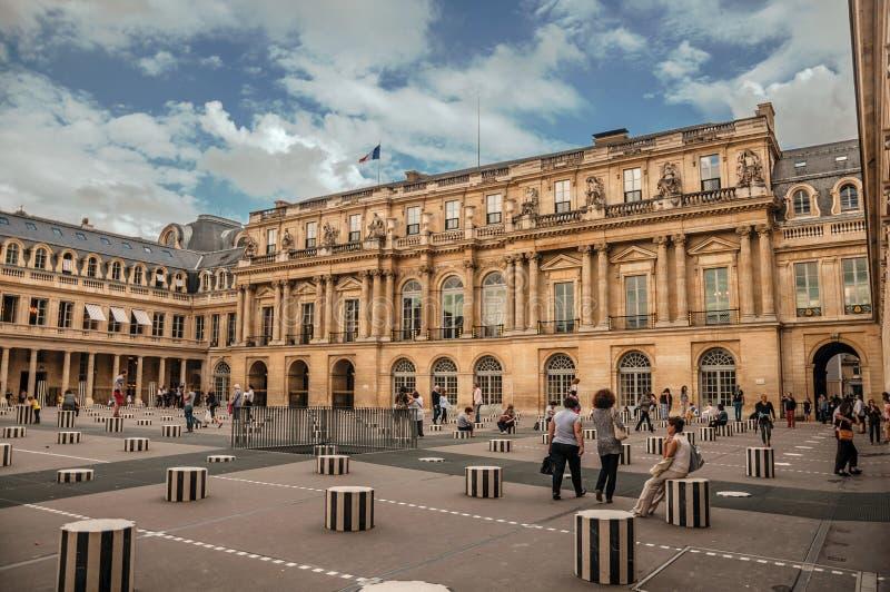 Byggande och inre borggård med folk på Palais-Royal i Paris royaltyfria foton