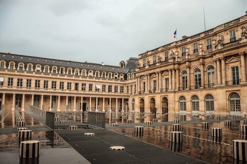 Byggande och inre borggård på regnig dag på Palais-Royal i Paris royaltyfria foton
