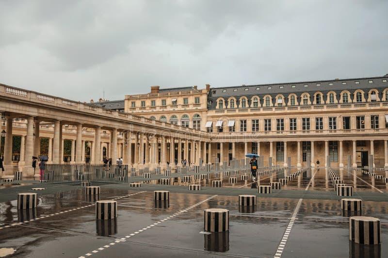 Byggande och inre borggård på regnig dag på Palais-Royal i Paris royaltyfri foto