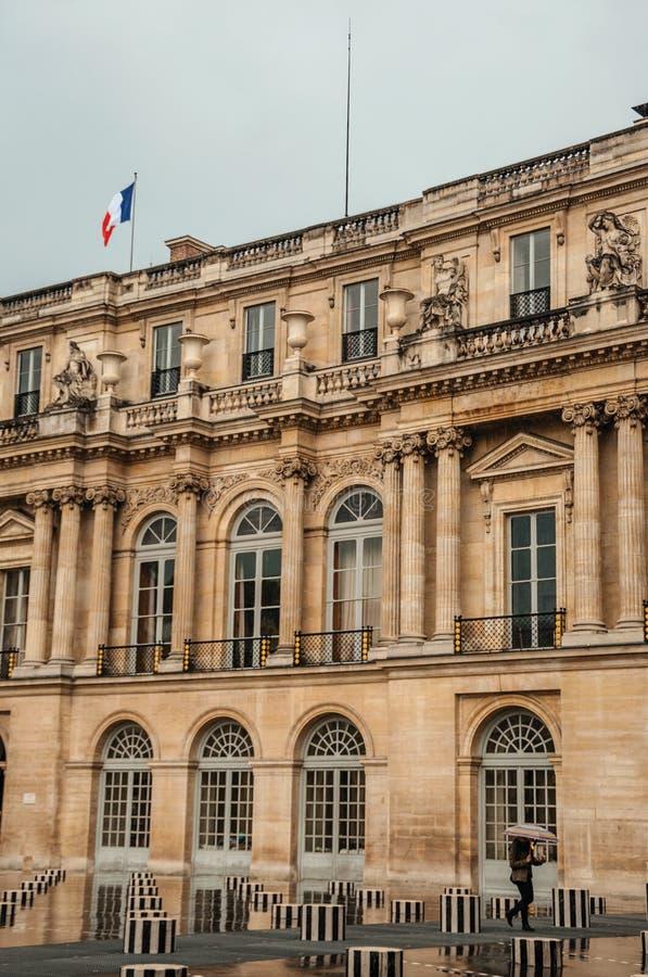 Byggande och inre borggård på regnig dag på Palais-Royal i Paris arkivbild