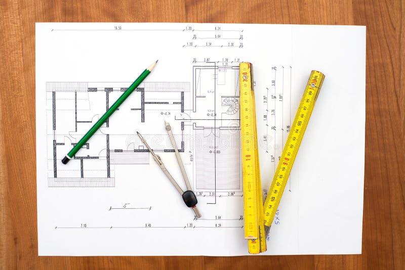 Byggande plan med blyertspennan, hopfällbar måttstock och kompasset royaltyfria foton