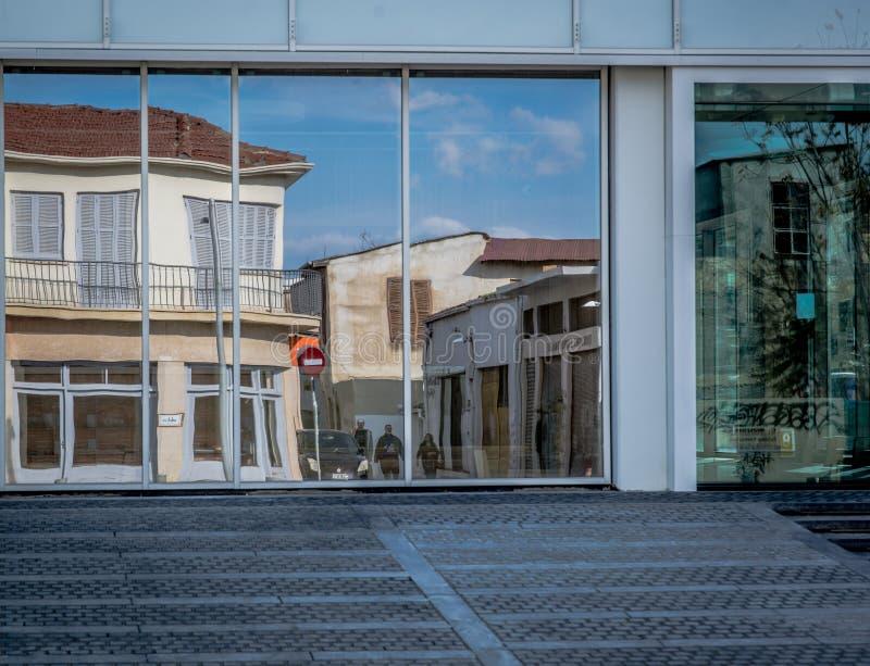Byggande reflexion på exponeringsglas, utomhus royaltyfria foton