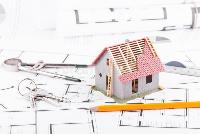 byggandemodellhus för arkitektoniska plan Begreppet av att hyvla och byggande royaltyfria foton
