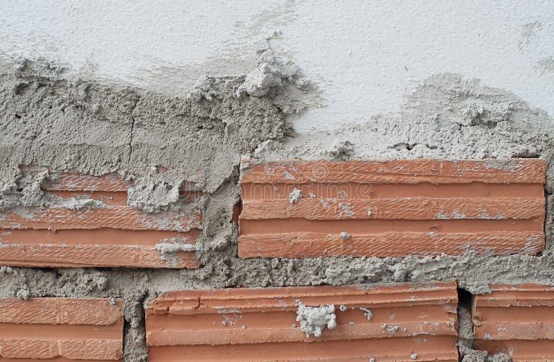 Byggandevägg och staket från lerategelsten royaltyfria bilder