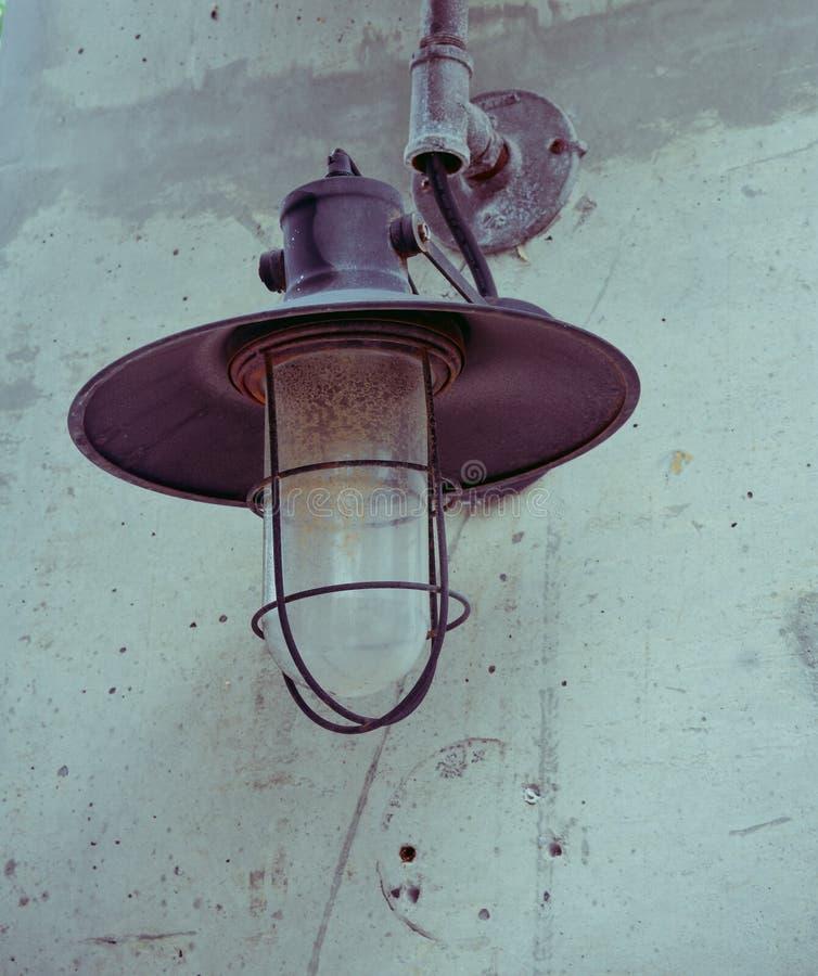 byggd taklamplampa sken den textural under väggen royaltyfria foton