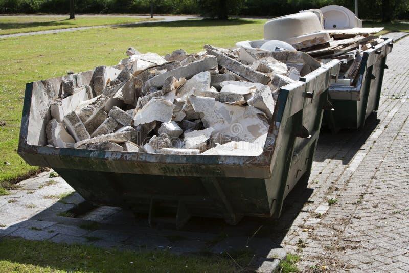 Byggmästareöverhopp som laddas med spillror arkivfoton