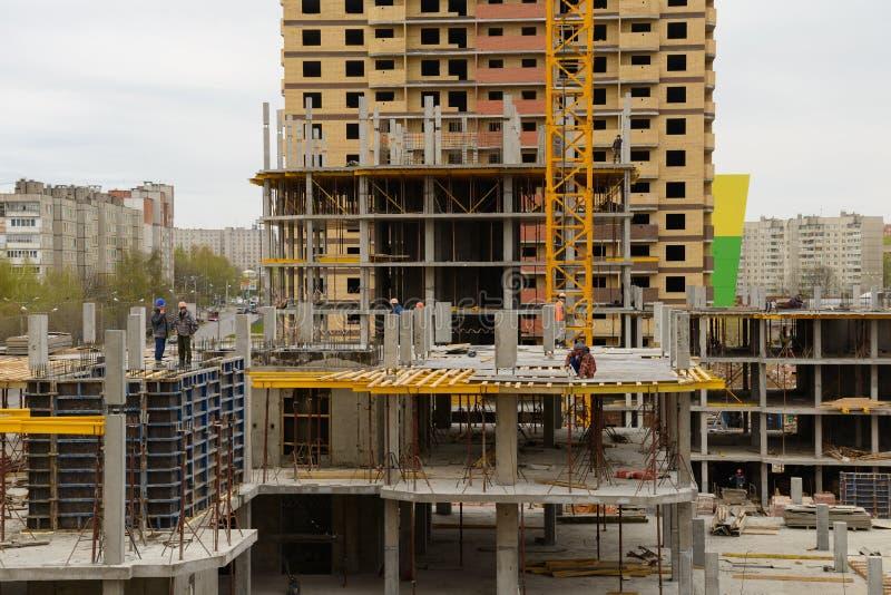 Byggmästare arbetar på monolitiska arbeten på konstruktionsplatsen av envåning byggnad Cheboksary Ryssland arkivbilder