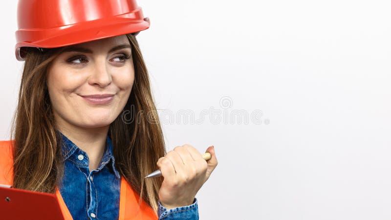 Byggmästare för kvinnateknikerkonstruktion i hjälm royaltyfria foton