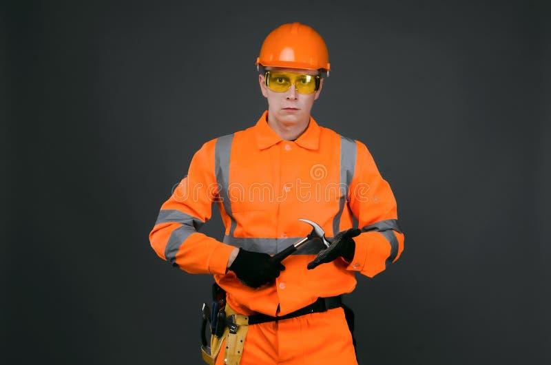 Byggmästare med hammaren arkivbild