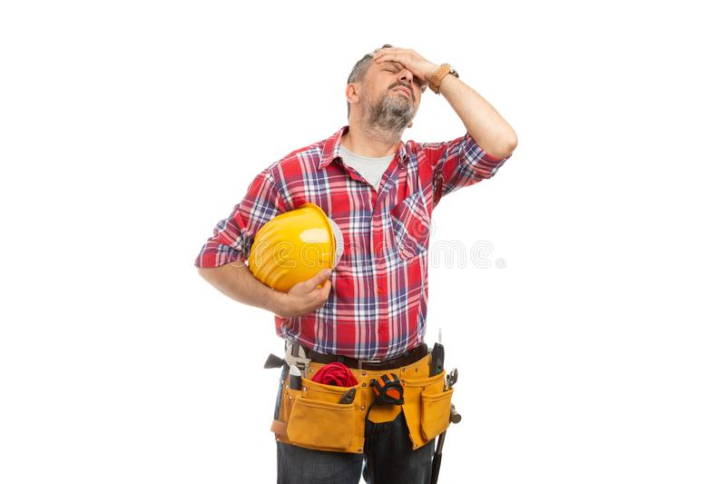 Byggmästare med migräninnehavhjälmen i hand royaltyfria foton