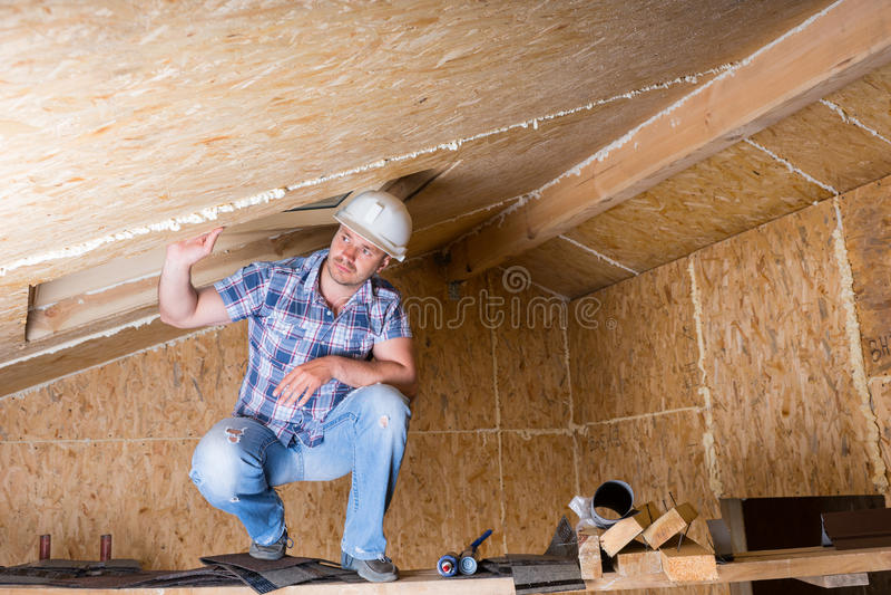 Byggmästare på materialet till byggnadsställning i oavslutat hus royaltyfri bild