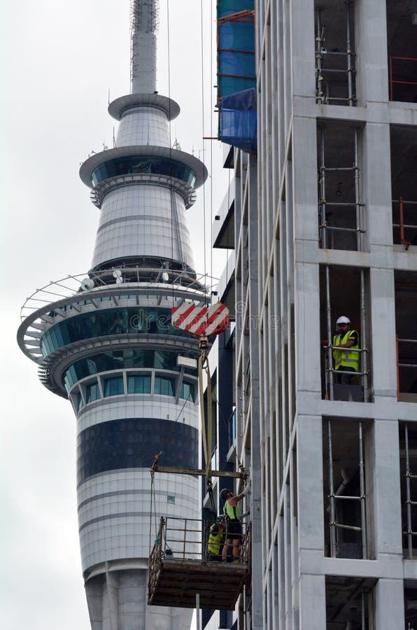 Byggmästare som bygger hyreshus i Auckland CBD royaltyfria foton