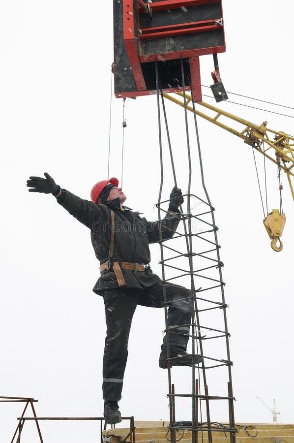 byggmästare som installerar arbetaren arkivbild