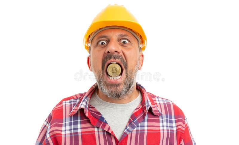Byggmästare som rymmer bitcoin i mun royaltyfria bilder