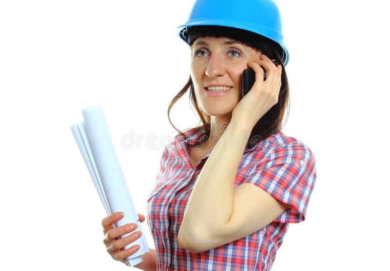 Byggmästarekvinna i skyddande hjälm med dokument arkivbild