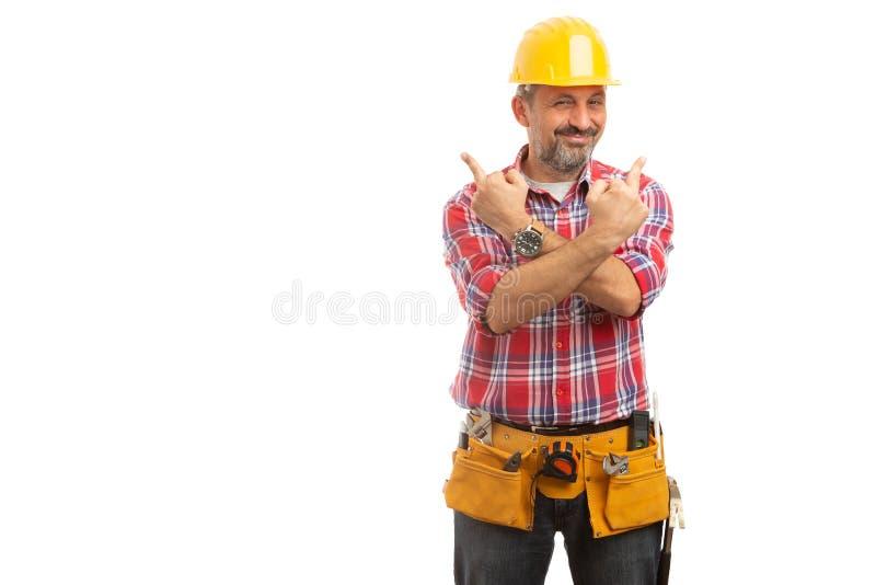 Byggmästaren som rymmer armar, korsade med långfingrar upp arkivfoton