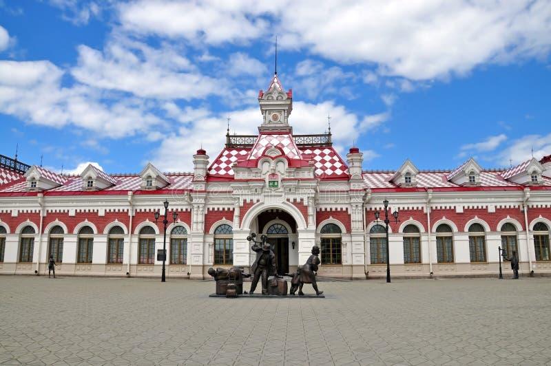 Byggnad av den gamla järnvägsstationen i Ekaterinburg royaltyfri fotografi