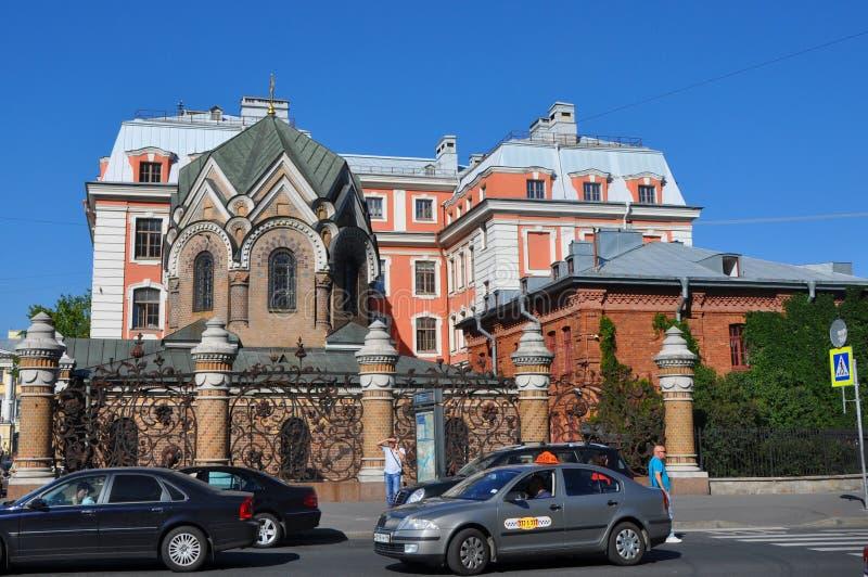 Byggnad av den högre skolan av folkkonster i St Petersburg arkivfoto