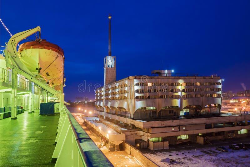 Byggnad av den marin- stationen (hamnstad) i St Petersburg fotografering för bildbyråer