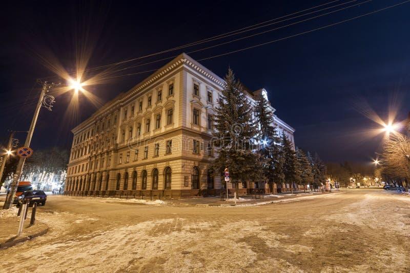 Byggnad av den medicinska akademin i Ivano-Frankivsk, Ukraina på natten fotografering för bildbyråer