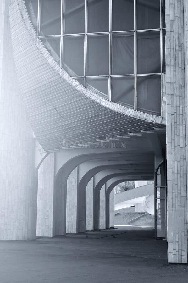 Byggnad av den moderna designen för stolpe som göras av reinforeced betong - byggnad av Novgorod den regionala dramateatern i Vel fotografering för bildbyråer