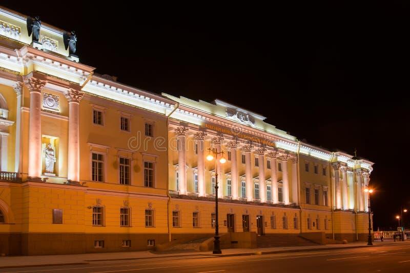 Byggnad av den ryska konstitutionella domstolen, byggnad av arkivet av ett namn av Boris Yeltsin, nattbelysning, lång exponerings arkivfoton