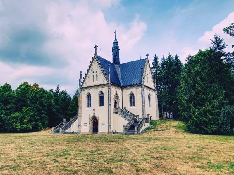 Byggnad av den Schwarzenbergs gravvalvet i den Orlik slotten parkerar, tjeckiskt royaltyfri fotografi