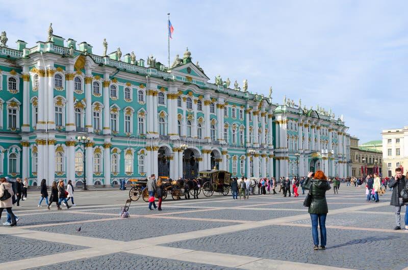 Byggnad av den statliga slotten för vinter för eremitboningmuseum, slottfyrkant, St Petersburg, Ryssland royaltyfria foton
