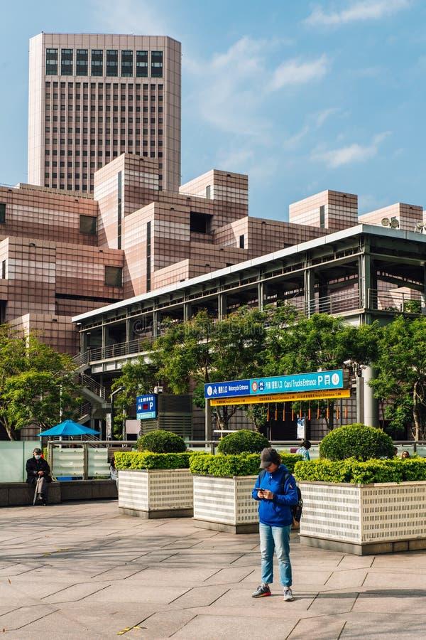 Byggnad av den Taipei World Trade Centerstolpen - kontor Dekorerat med vita och ljusröda färgtegelplattor med turist- anseende royaltyfri foto